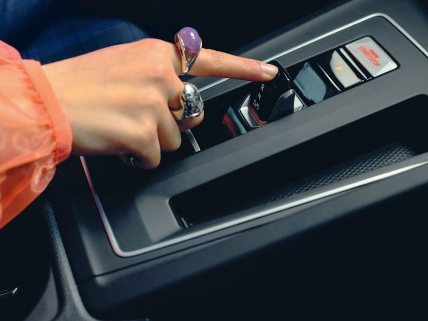 En kvinne velger gir i VW Volkswagen Golf GTE