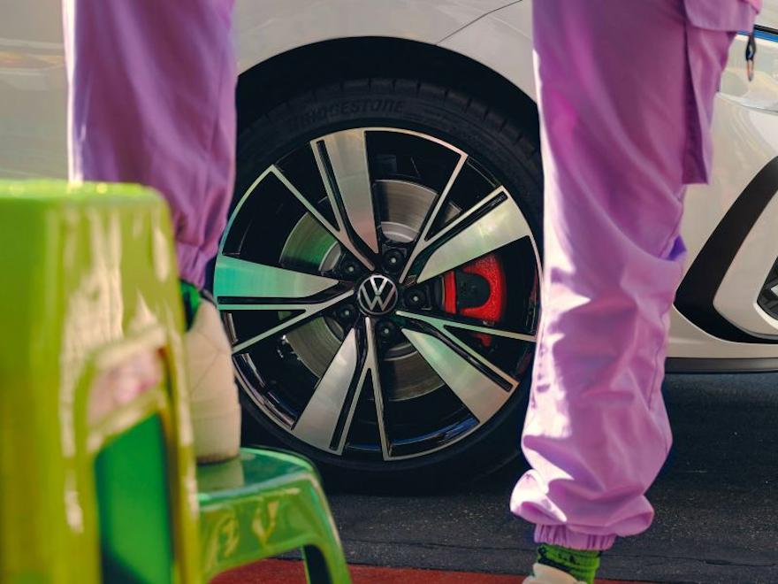 VW Golf GTE i hvit farge, detaljert bilde av Bakersfield lettmetallfelger, 18-tommer, en person står foran
