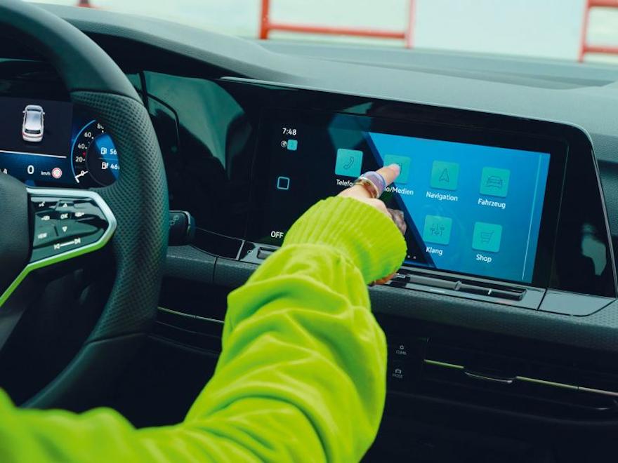 Volkswagen VW Golf GTE interiør, en kvinne styrer innovision cockpit